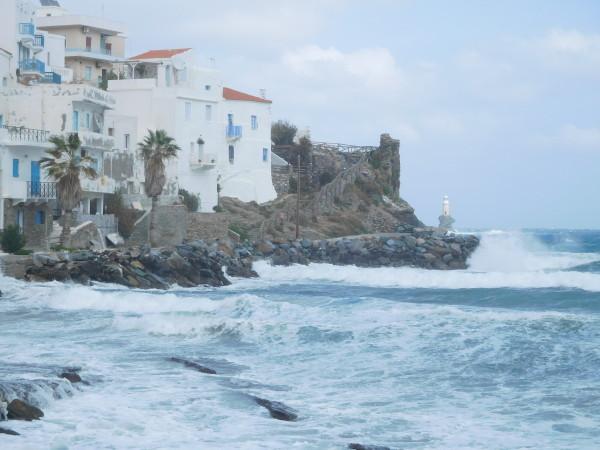 Ο καιρός κάνει τα κύματα να χορεύουν