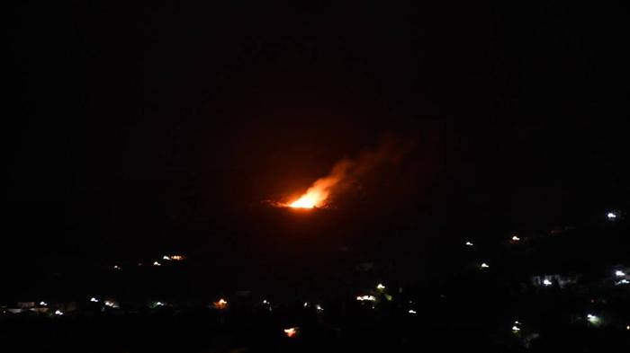 Φωτιά στο βουνό πάνω από τις Μένητες