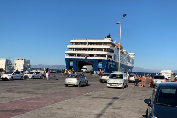 Δεμένα τα πλοία στα λιμάνια και αποκλεισμένη η Άνδρος
