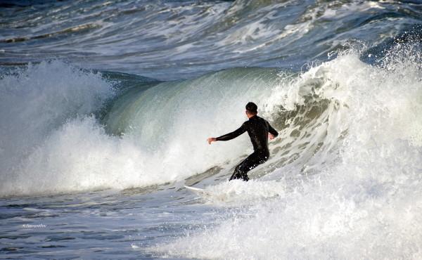 Ο χορός του Λεωνίδα Τσορτανίδη και της παρέας του με τα κύματα