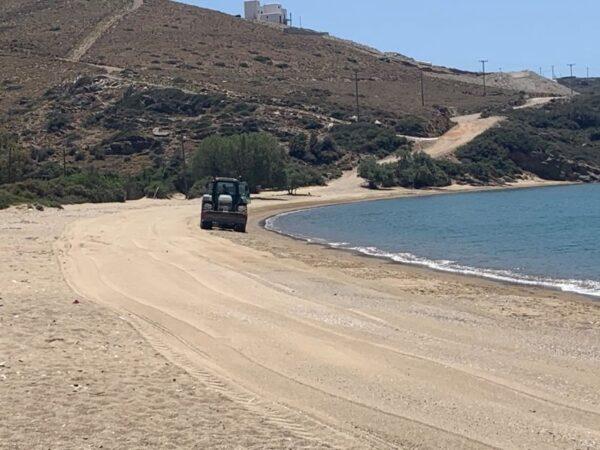 Καθαρίστηκαν οι παραλίες Μπατσίου και Φελλού