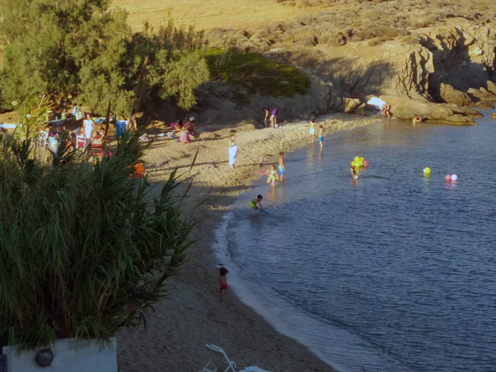 """Καλοκαίρι στην Υδρούσα και """"Οι Τρεις εραστές"""" του Μ. Σαχτούρη"""